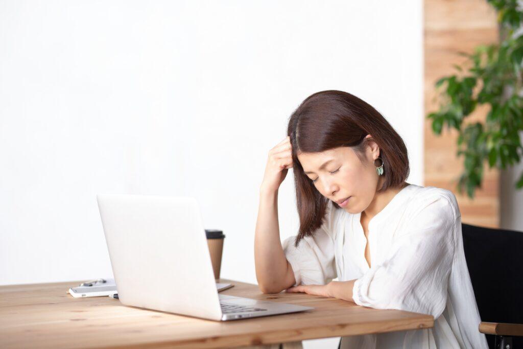 良質な情報発信の記事作成に悩む女性の姿